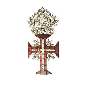 """<b>Ordem de Nosso Senhor Jesus Cristo - Insígnia de Comendador - século XVIII – XIX</b><br><br>prata vermeil, granadas ou ametistas """"forradas"""" imitando granadas, e outras pedras, provavelmente crisólitas, berilos ou """"minas novas"""" (quartzos e topázios). No anverso, cruz da Ordem de Cristo cravejada com granadas vermelhas ornamentadas por adornos florais nas quinas, centralizando cruz latina adiamantada e encimada por adorno com pedras realçando laço sob rosácea. Reverso com acabamento em metal liso e argola vertical (uma granada com defeito)<br><br>10 x 4,5 cm - 53 g"""