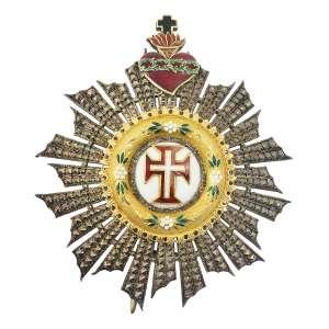 """<b>Ordem de Nosso Senhor Jesus Cristo - Insígnia de Dignitário ou de Comendador - séc. XIX</b><br><br>prata vermeil e esmaltes. No anverso, grande resplendor circindando medalhão branco ornado por pequenos arranjos florais esmaltados, centralizando cruz da Ordem de Cristo bordada em vermelho, filetada em dourado, centralizando pequena cruz latina branca e rematada no topo por Sagrado Coração em chamas atravessado por coroa de espinhos em esmalte verde, tendo no topo pequena cruz em esmalte preto. Reverso com acabamento em metal liso, fecho vertical e alfinete, gravado com marca do joalheiro """"Lemaitre – Rue Coquillère No42 – Fabricant d'Ordres – Paris""""<br><br>7 x 6,2 cm - 39 g"""