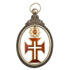 <b>Ordem de Nosso Senhor Jesus Cristo - Insígnia de Comendador - séc. XIX</b><br><br>prata vermeil e esmaltes. No anverso, medalhão oval em esmalte branco e borda em prata lavrada, ostentando cruz da Ordem de Cristo bordada em vermelho, filetada em dourado, centralizando pequena cruz latina branca encimada por adorno com raios em círculo à volta de Coração Inflamado em esmalte vermelho, atravessado por coroa de espinhos em esmalte verde entrelaçado com chamas e pequena cruz azul, tendo no topo arremate floral, bolota e argola. Reverso idêntico ao anverso (desgastes no esmalte)<br><br>9,6 x 5,5 cm - 76 g