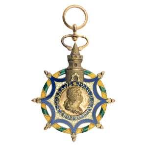 """<b>Ordem da Torre e Espada - Insígnia de Oficial ou de Cavaleiro - séc. XIX</b><br><br>prata vermeil e esmaltes. Anverso com estrela de oito pontas maçanetadas e filetadas em esmalte azul, deitada sobre coroa no formato de argola com fita verde espiralada à sua volta, apresentando pequenos adornos floridos centralizando medalhão com a legenda """"VALOR E LEALDADE"""" sobre faixa azul centralizando coroa de carvalho verde atravessada por espada, topo apresentando torre com anel achatado e argola. Reverso idêntico ao anverso porém, com alteração no medalhão para o perfil de D. João em relevo e a legenda """"JOÃO D. G. REG. DE PORT. P. DO BRASIL"""" (desgastes no esmalte)<br><br>10,5 x 6 cm - 64 g"""