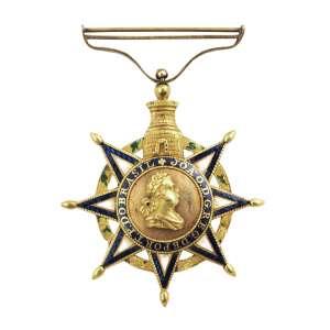 """<b>Ordem da Torre e Espada - Insígnia de Cavaleiro - início do séc. XIX</b><br><br>ouro e esmaltes. Anverso com estrela de oito pontas maçanetadas e filetadas em esmalte azul, deitada sobre medalhão circular branco com borda anelada em ouro e fita verde espiralada à sua volta, apresentando ao centro medalhão com legenda """"VALOR E LEALDADE"""" sobre azul centralizando coroa de carvalho verde atravessada por espada, topo ornado com torre e passador de fita. Reverso idêntico ao anverso, mas com alteração no medalhão para o perfil de D. João em relevo e a legenda """"JOÃO D. G. REG. DE PORT. P. DO BRASIL"""" (desgastes no esmalte)<br><br>5,5 x 4 cm - 17 g"""