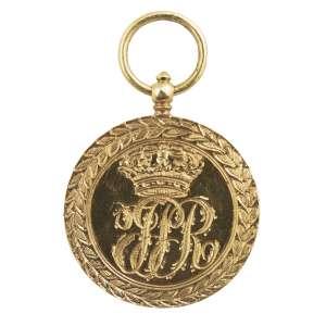 """<b>Ordem da Torre e Espada - Redução de Medalha - séc. XIX</b><br><br>ouro. Anverso com borda de louros cinzelados centralizando medalhão com coroa sob iniciais entrelaçadas, encimado por anel de sustentação. Reverso idêntico, porém com alterações no medalhão substituindo-se as iniciais coroadas por espada atravessando coroa de louros, bordada pela legenda """"VALOR E LEALDADE""""<br><br>3,5 x 2,1 cm - 9 g"""