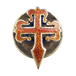 <b>Imperial Ordem de Sant'Iago da Espada - Boutonnière - séc. XIX</b><br><br>roseta de lapela em prata vermeil e esmaltes assentada em botão. Anverso apresentando cruz da Ordem em esmalte vermelho no formato de espada rematada nas extremidades por flores-de-lis e bordada em dourado. Reverso com acabamento em metal liso<br><br>ø1,3 cm - 2 g