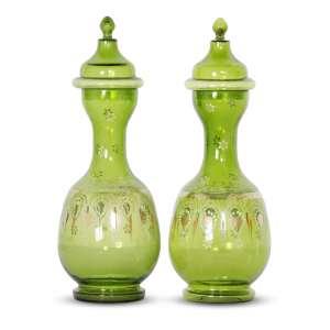 AUTOR NÃO IDENTIFICADO - Par de Vasos<br>vidro verde decorado com arabescos brancos e dourados<br>Procedência: Laetítia Cruz de Moraes Vasconcellos<br>39 x 12 cm (cada)