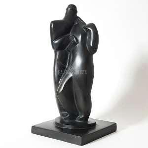 """VICTOR BRECHERET – """"Beijo"""". Bronze patinado. Medidas: c.33 cm (altura). Tombo/Codificação: 1131051, com Certificado de Autenticidade emitido pela Fundação Victor Brecheret. Década de 1920. Assinado na própria obra (na base do bronze """"V. BRECHERET""""). Estado de conservação: Excelente."""