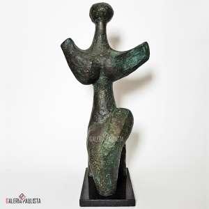 """BRUNO GIORGI - Mulher ao Luar. Escultura em bronze patinado. Medidas: 50,5 cm altura total (48,5 cm do bronze + 02 cm da base), 48,5x24,5x20 cm. Assinada """"B.Giorgi"""" no bronze (obra). Com base em granito negro. Magnífica escultura representando mulher ao luar, executada em bronze patinado na """"tonalidade verde"""", com a base em granito. Estado de conservação: Ótimo."""
