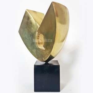"""BRUNO GIORGI - Escultura em Bronze Polido. Medidas: 33,5 cm (altura total c/ base) e 23,5 x 20 x 12 cm (escultura). Base em madeira. Assinada """"B. Giorgi"""" na obra (bronze). Estado de conservação: Bom."""