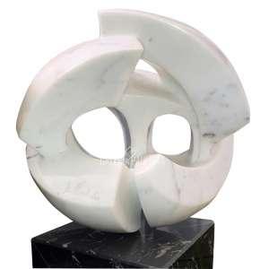 BRUNO GIORGI - Meteoro. Enorme Escultura, em Mármore de Carrara. Medidas: 67,4x41x30 cm (c/ a base), 39,2x41x30 cm (s/ a base). Assinada B. Giorgi no mármore. Acompanha o Certificado de Autenticidade emitido por Leontina Giorgi em 2011. Procedência: obra adquirida originalmente no ateliê do artista pelo Sr. Antônio Fernando de Carvalho Maximino. Estado de conservação: Ótimo. Ex-Coleção Sr. R. Puga.<br />Obs: Devido a fragilidade da obra, informamos que é desejável a sua retirada pelo arrematante.