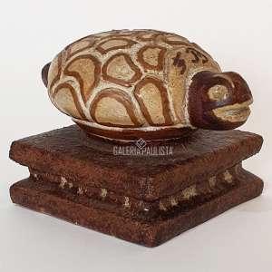 FRANCISCO BRENNAND Tartaruga. Escultura em Cerâmica Vitrificada. Medidas: 18x12x11 cm. Assinada FB na escultura.