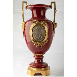 Anfora en porcelana francesa con montura de bronce dorada al mercurio, siglo XIX. 40 cm de alto.