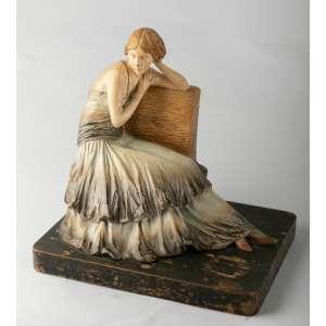 Figura en ceramica italiana firmadacirca 1920. Medidas: 25 x 25 x 20 cm