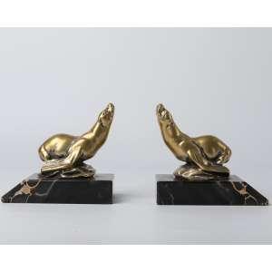 Par de aprieta libros Art Deco circa 1920 realizados en bronce con base mármol portoro firmado M. Bertin. Medidas: 11 x 13 x 7 cm
