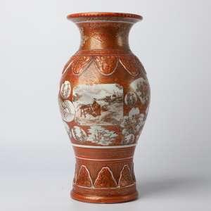 Florero en porcelana japonesa Kutani firmado siglo XIX, periodo Meiji. 36 cm de alto.