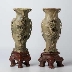 Par de floreros chinos realizados en piedra jabon siglo XIX. 35 cm de alto.