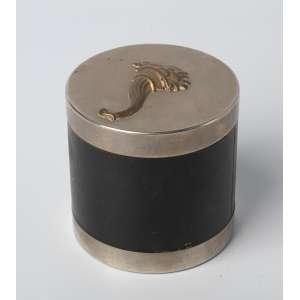 Tabaquera francesa Hermés metal plateado y cuero tapa con cuerno de la abundancia circa 1940. Medidas: 9 x 9 cm