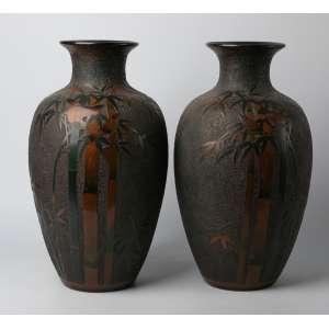 Par de floreros en porcelana Japonesa firmada con esmalte cloissone periodo Meiji circa 1890. 47 cm de alto.