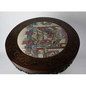 Mesa china en madera y porcelana famille rose, siglo XIX. Medidas: 60 x 42 cm