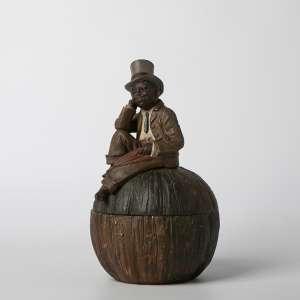 Cofre en cerámica austriaca circa 1900. 24 cm de alto.