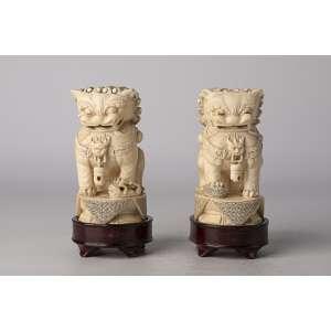 Par de tallas realizadas en marfil chino siglo XIX Perros de Fu altura 11cm.<br />