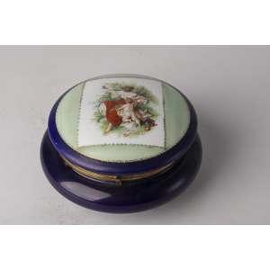 Cofre realizado en opalina francesa pintada a mano <br />Altura 11cm <br />Diámetro 20cm.<br />
