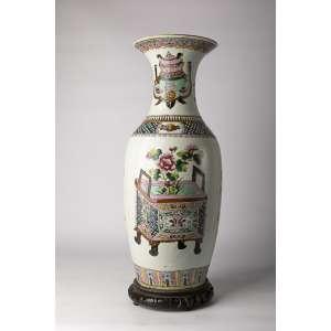 Florero en porcelana china siglo XIX, altura 60cm.<br />