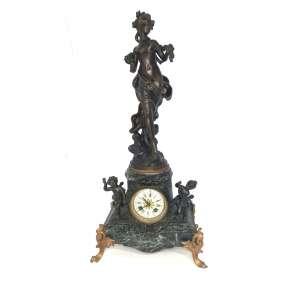 Linda estatueta em petit-bronze, Alegoria à Primavera, com a deusa Flora e Putti. Possui relógio que não foi testado, inserido na base. Mede 61 cm de altura