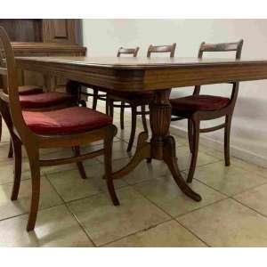 Mesa de jantar com placagem. Apresenta alguns estufados na placa do tampo,necessitará troca. Acompanha 6 cadeiras de assento de palhinha e acompanha amolfadinha.O tampo da mesa mede 2,41 x 1,10 cm