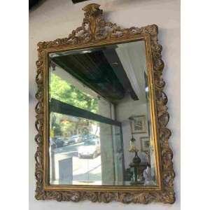 Lindo e suntuoso espelho de parede com bela moldura entalhada e dourada, ostentando no cimo a pluma D José. O espelho é bizotado. Mede 100 x 70 cm