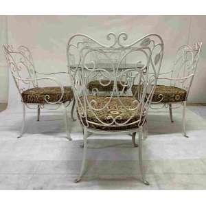 Conjunto de varanda em ferro redondo artístico, pintado de branco. Composto de 4 cadeiras de braço com almofadas soltas no assento e uma mesinha redonda com tampo de vidro. Mesa medindo 80 cm de diâmetro