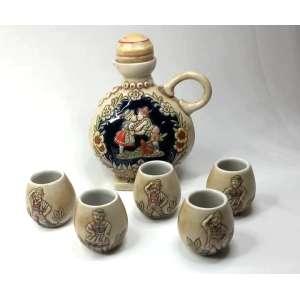 Conjunto parabebida em cerâmica decorada com relevos e pinturas. Medindo 17 cm o jarro e copos 5,5 cm