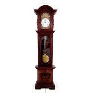 Raridade.Magnifico relógio de coluna com a caixa em pau-Brasil, mostrador de louça e pêndulo de lira. Ostenta lindo trabalho de entalhe decorativo na madeira, inspirado nas formas do brasão de Portugal. Peça para colecionador. Medindo 2,50 x 66 x 32 cm