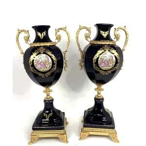 Limoges -Rico par de jarrões de porcelana francesa, em azul cobalto e dourações. Alças e apliques em bronze ormulu, e reservas com cenas românticas. Medindo 39,5 x 19 x 13,5 cm cada