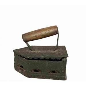 Antigo ferro à brasa de passar roupa- modelo simples. medindo 19 x 20 x 10,5 cm