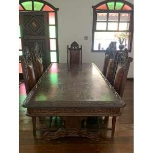 Bonita mesa de jantar com 8 cadeiras, em madeira bem trabalhada no estilo barroco espanhol. As cadeiras têm assentos e encostos estofados em (verificarse é couro ou curvin). Medindo216 x 110 x 78 cm de altura. Essa peça não se encontra na loja. Para visitação ou solicitação de vídeo entre em contato pelo whatsapp 31 97210-5588