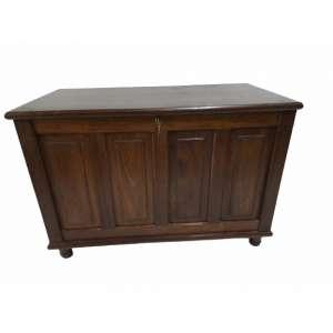 Bonita e perfeita arca em madeira folheada de sucupira, com fechadura e chave. A abertura é pelo tampo. Excelente tamanho 110cm comprimento x60cm largura x75cm altura .Muito conservada