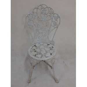 Cadeira em ferro fundido pintada de branco. No estado