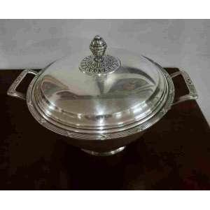 Sopeira em prata 90 da baixela Wolff, linha croisée.Mede 22 cm de altura e 25,5 cm de diâmetro sem as alças. Possui pequeno desgaste no banho de prata.
