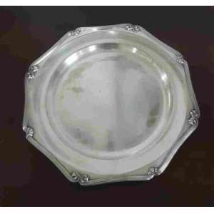 Prato da baixela Fracalanza em prata 90, da linha Régènce. Apresenta alguns desgastes no banho de prata. Ede 35 cm de diâmetro.