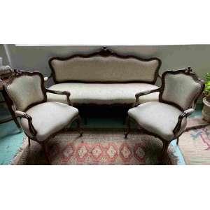 Elegante sofá e par de poltronas com estrutura de madeira nobre no estilo neo- Louis XV. Encosto e assento estofados. Encontra-se em ótimo estado.Sofá: 1.80 x0,57 <br />0,99e as poltronas : 93 x 61 x 53cm . Para receber umvídeo da peça soliciteenviando uma mensagem para owhatsapp 31 97210-5588<br />