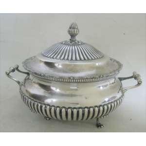 Sopeira em prata portuguesa contraste Porto Águia, trabalhada em gomos. Pegador da tampa na forma de pinha. P. 1.735 g. med. 20x30x24 cm. (Este ítem não se encontra no local da exposição).