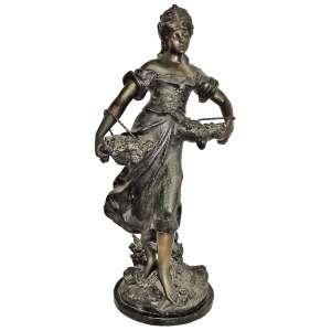 H. Levasseur - Escultura em bronze francês, representando Vendedora de flores. Assinada. Base em mármore. Alt. total 71 cm.