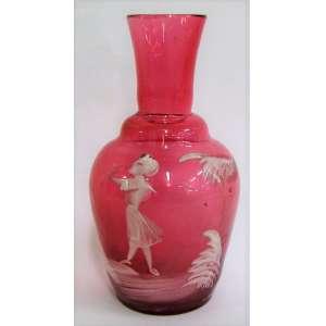 Mary Gregory - Pequeno e delicado vaso de coleção, em vidro rosa, com pintura de menino no jardim na cor branca. Alt. 12 cm.