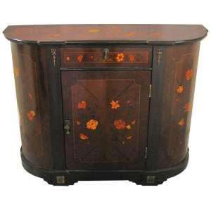 Dunquerque estilo francês Luís XV, em madeira com marqueterie floral. Laterais arredondadas. Porta central sob uma gaveta. Med. 82x106x33,5cm.