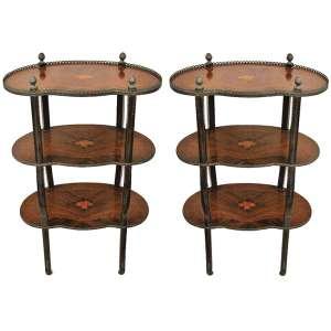 Par de mesas de apoio, estilo francês, com 3 platôs, em madeira entalhada e com marqueterie floral com policromia. Guarnições em metal. (pequenas marcas de uso). Med. 74x47x27cm.