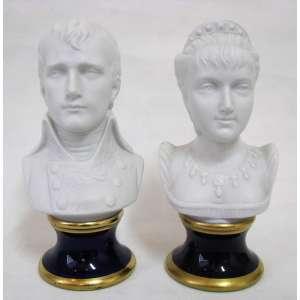 Assinatura Ilegível - Par de esculturas em biscuit alemão, marca da manufatura KPM, representando Busto de Napoleão e Josefina. Bases em porcelana azul cobalto e dourado. Alt. 21,5cm.