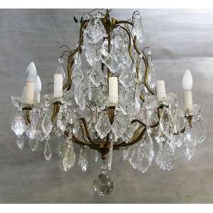 Lustre estilo Versailles para 12 luzes. Armação em metal dourado, decorado com pingentes em cristal lapidado e translúcido. (faltam alguns pingentes). Med. 68x67cm.