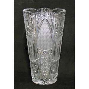 Vaso em cristal tcheco, translúcido em satiné, ricamente lapidado em rosetas, estrelas e sulcos bisotados. Borda ondulada e serrilhada. (pequeno bicado na base) Alt. 26,5cm.