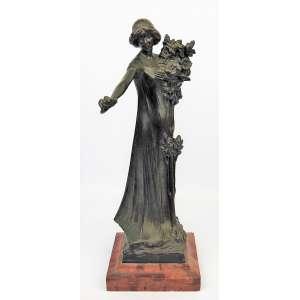 Burg Staller - Escola Alemã/Austriaca. Início do séc. XX. Escultura art-noveau em bronze, representando Jovem com ramo de flores. Base em mármore na cor salmão. Alt. total 37,5 cm.