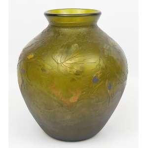 Legras - Vaso bojudo francês, de coleção, em pasta de vidro no tom verde, decoração cameo de flores e folhagens com resquícios de policromia e detalhes em dourado. Alt. 21,5cm.