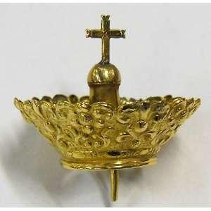 Rara e delicada coroa para imagem sacra, em ouro, com trabalhos em flores e volutas, tendo ao centro uma cruz. Apresenta soldas internas no suporte da cruz. Med. 3x4cm. Peso: 8,6g.